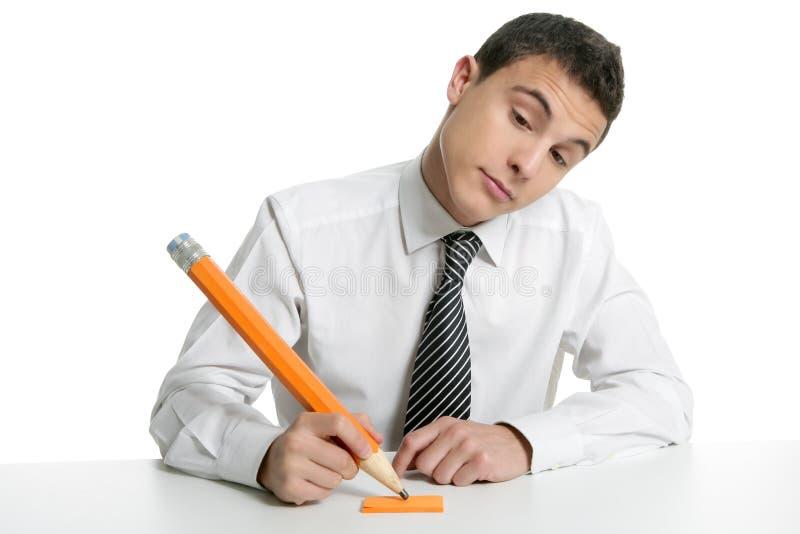 Giovane allievo dell'uomo d'affari che pensa con la matita immagini stock