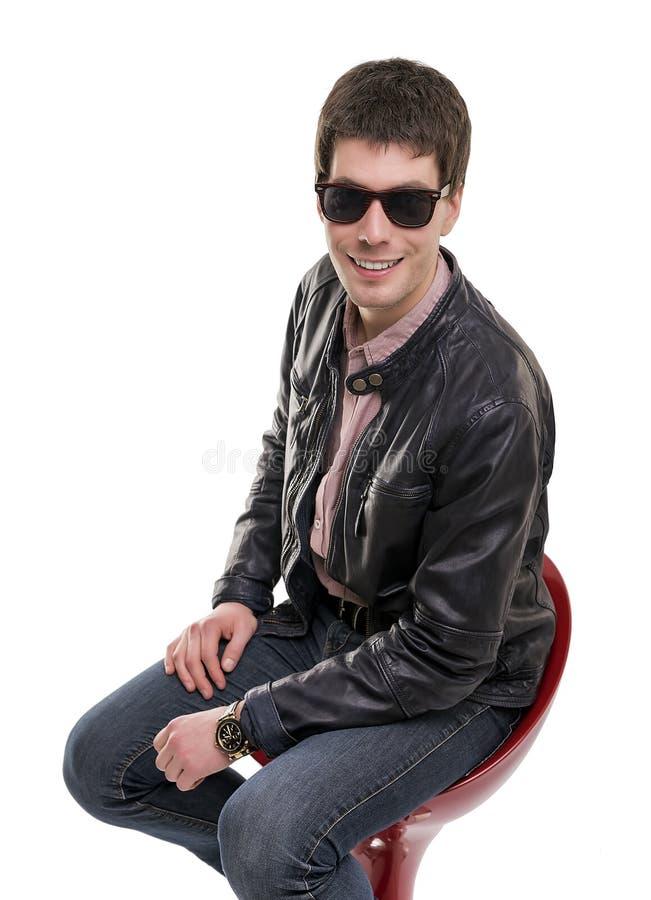 Giovane amichevole che si siede sullo sgabello da bar fotografia stock libera da diritti