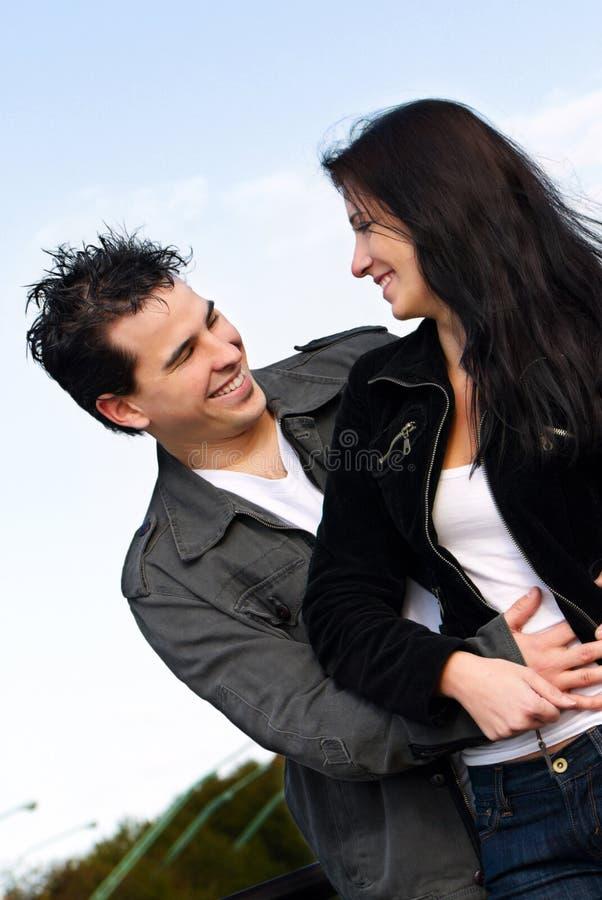 Giovane amore delle coppie fotografia stock libera da diritti
