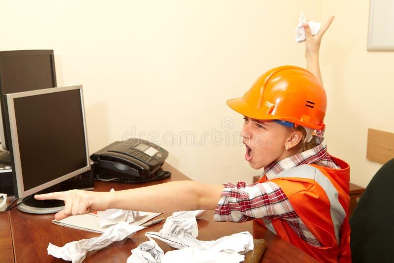 Giovane appaltatore nell'ufficio sforzo fotografie stock libere da diritti
