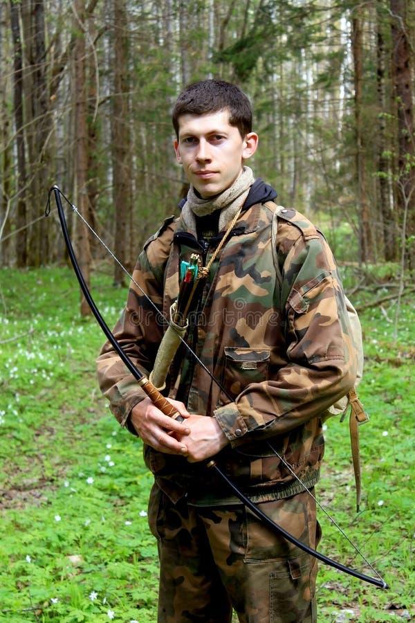 Giovane arcere in foresta immagine stock