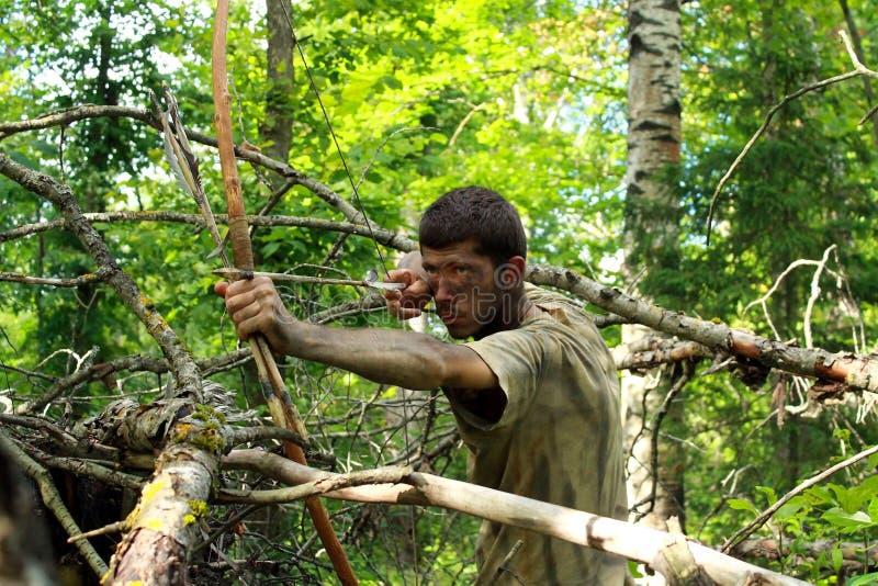 Giovane arcere in foresta immagine stock libera da diritti