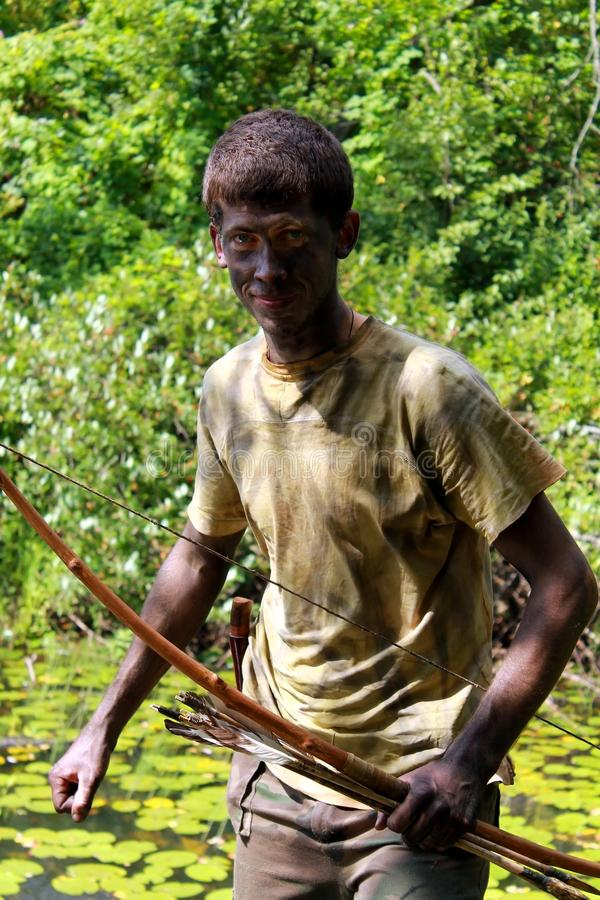 Giovane arcere in foresta fotografie stock libere da diritti