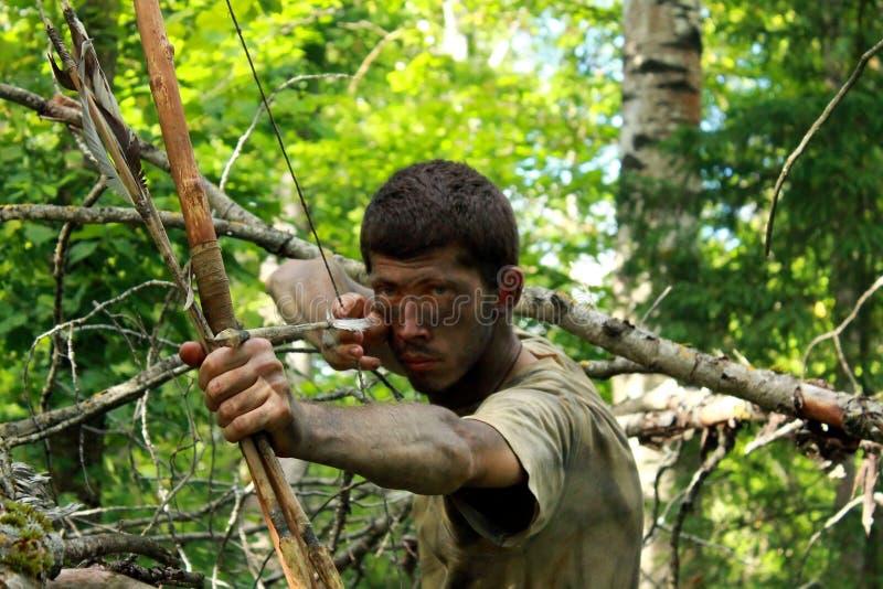 Giovane arcere in foresta fotografia stock libera da diritti