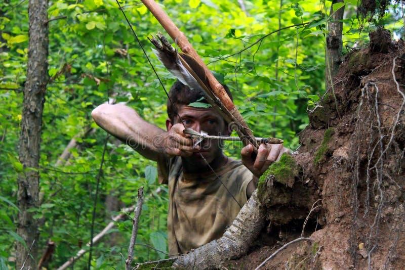Giovane arcere in foresta immagini stock libere da diritti