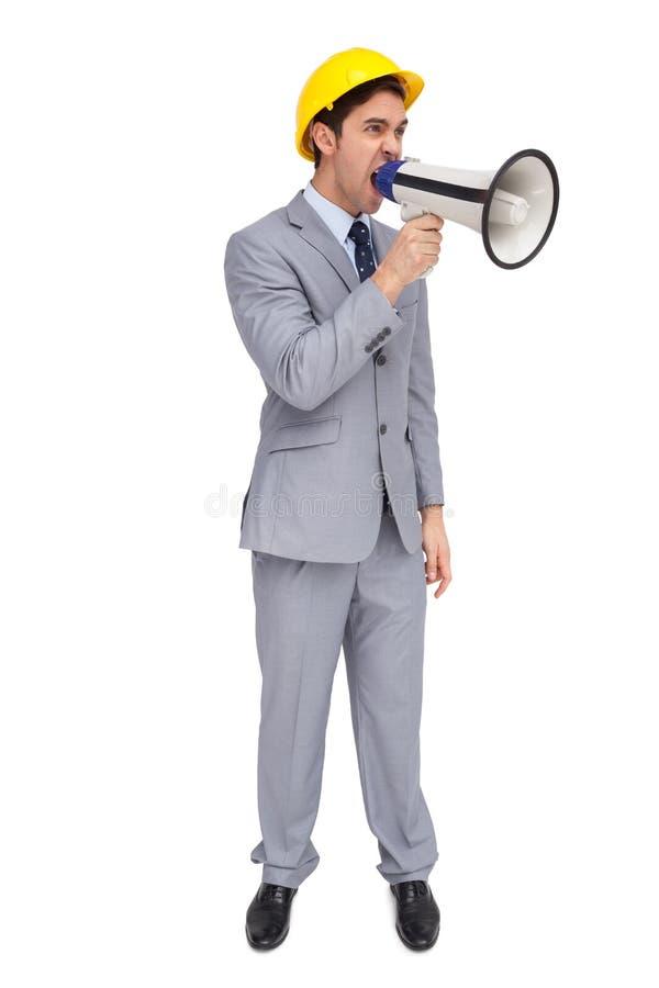 Giovane architetto che urla con un megafono fotografie stock