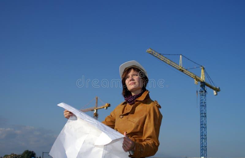 Giovane architetto davanti al cantiere fotografia stock