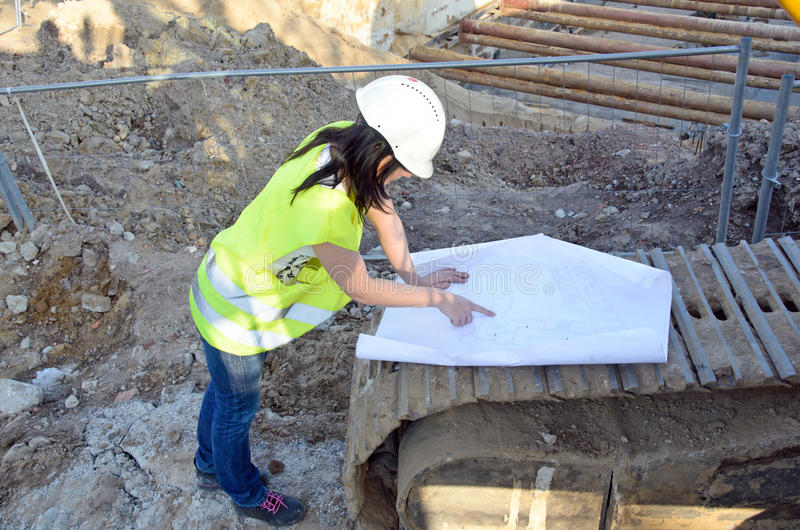 Giovane architetto femminile al cantiere del progetto di costruzione fotografia stock libera da diritti
