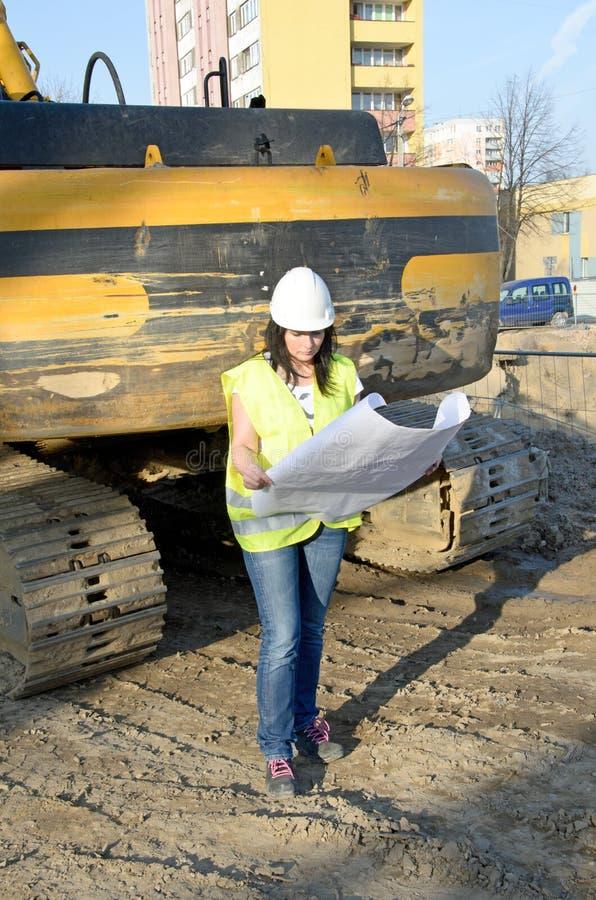 Giovane architetto femminile al cantiere del progetto di costruzione fotografia stock
