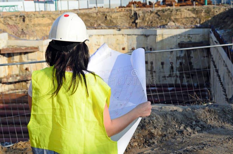 Giovane architetto femminile al cantiere del progetto di costruzione immagini stock
