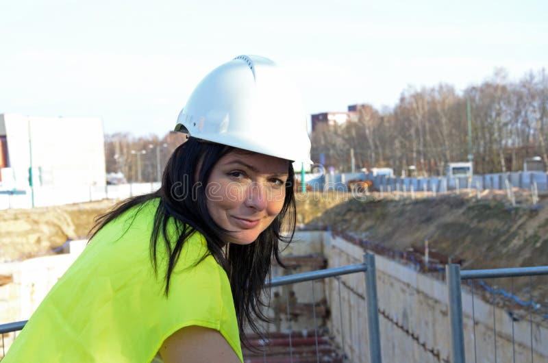 Giovane architetto femminile al cantiere del progetto di costruzione fotografie stock