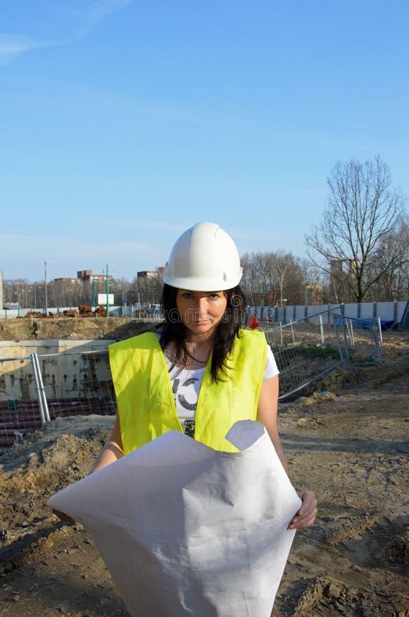 Giovane architetto femminile al cantiere della costruzione immagine stock libera da diritti