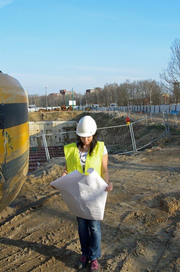 Giovane architetto femminile al cantiere della costruzione fotografie stock
