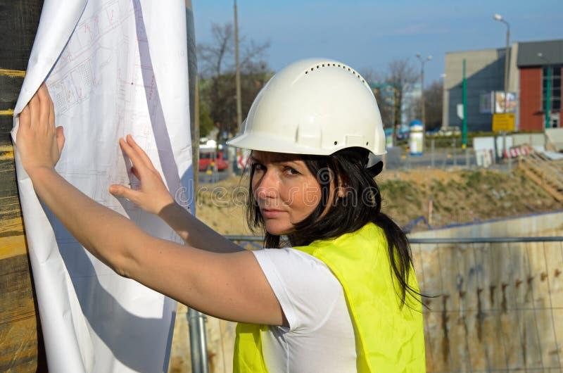 Giovane architetto femminile al cantiere della costruzione fotografia stock libera da diritti