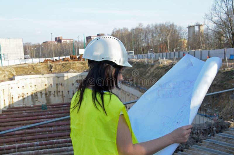 Giovane architetto femminile al cantiere della costruzione immagini stock
