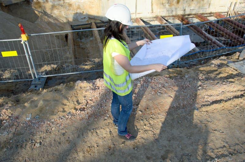 Giovane architetto femminile al cantiere della costruzione immagine stock