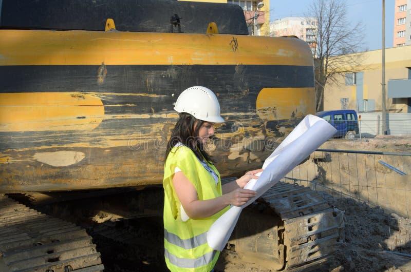 Giovane architetto femminile al cantiere della costruzione fotografie stock libere da diritti