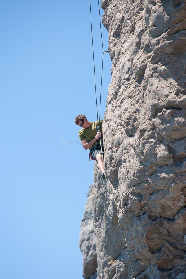 Giovane arrampicata avventurosa della persona fotografia stock