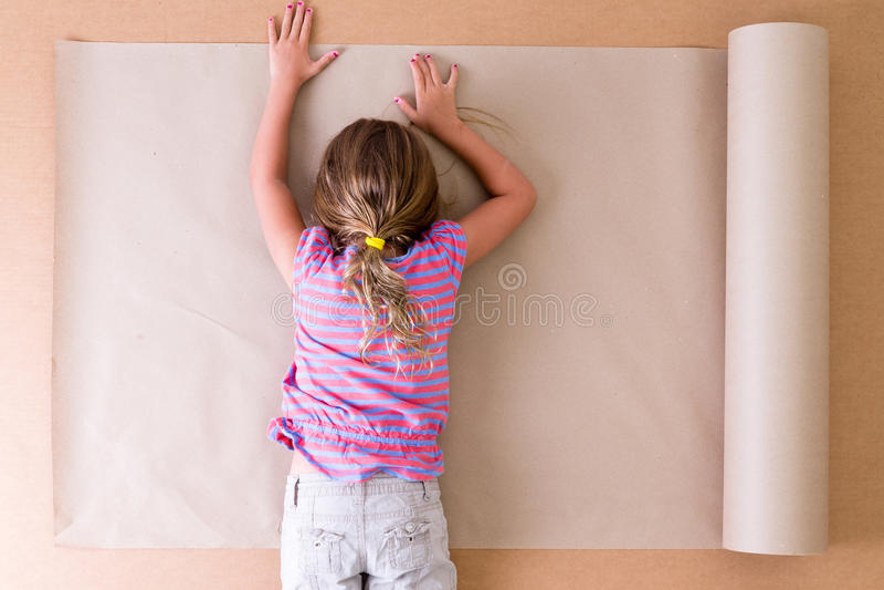 Giovane artista depresso che si trova sulla carta fotografia stock