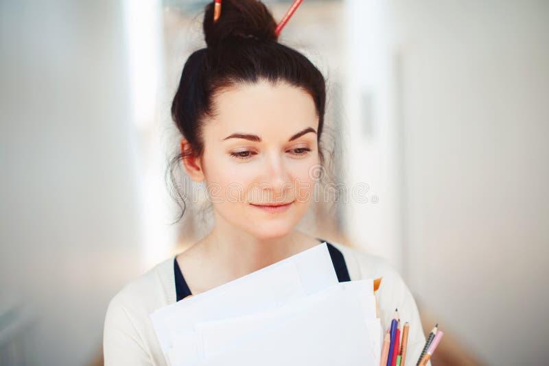 Giovane artista di disegno femminile castana caucasico del progettista della studentessa in corridoio dell'universit? dell'istitu fotografie stock