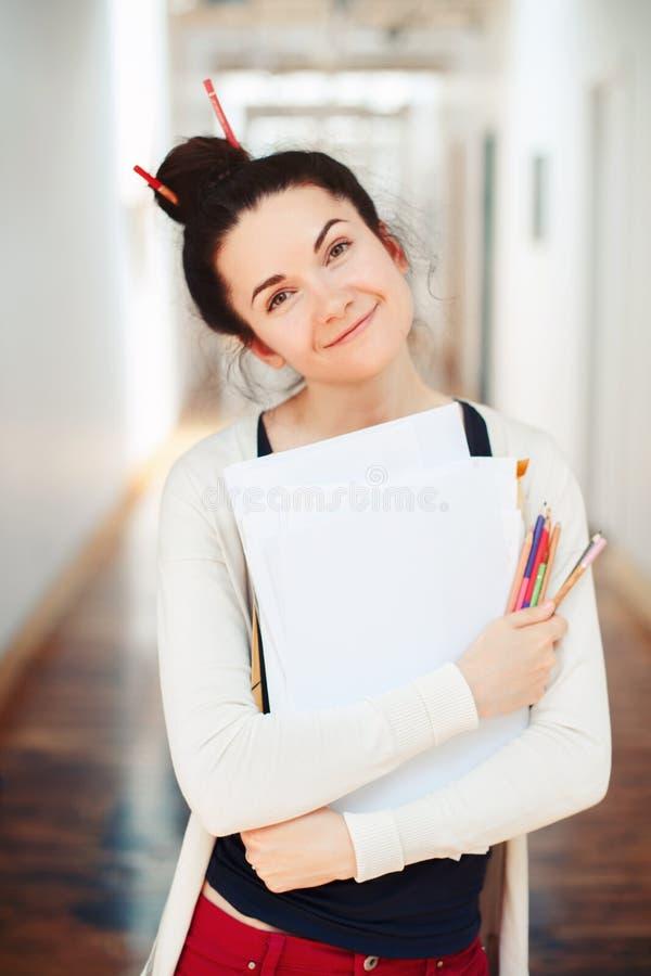 Giovane artista di disegno femminile castana caucasico del progettista della studentessa in corridoio dell'universit? dell'istitu fotografia stock libera da diritti