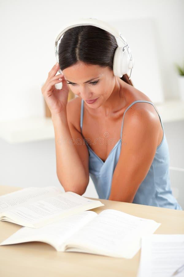 Giovane ascoltare femminile soddisfatto la musica fotografia stock libera da diritti