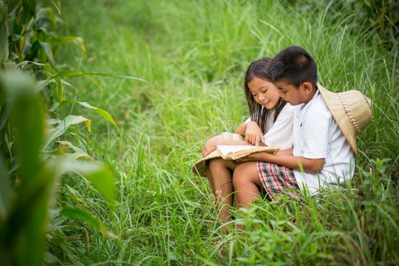 Giovane asiatico che legge un libro fotografia stock