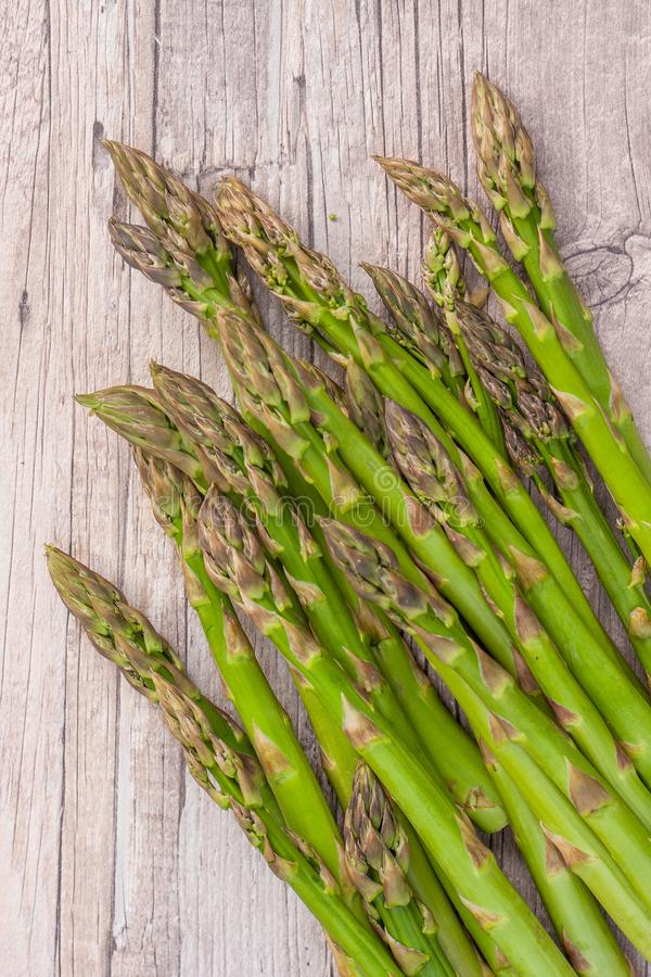 Giovane asparago verde coltivato, crudo e fresco immagini stock libere da diritti