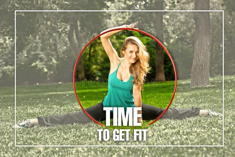 Giovane atleta femminile che tiene un hula-hoop nel parco immagini stock