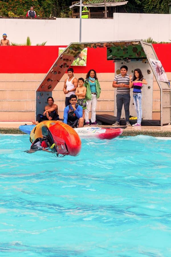 Giovane atleta Rolling Under Water con la canoa fotografia stock libera da diritti