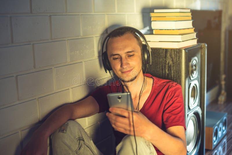 Giovane attraente che ascolta l'audio libro nelle cuffie Concetto di istruzione di tecnologia uno stile di vita positivo fotografie stock libere da diritti
