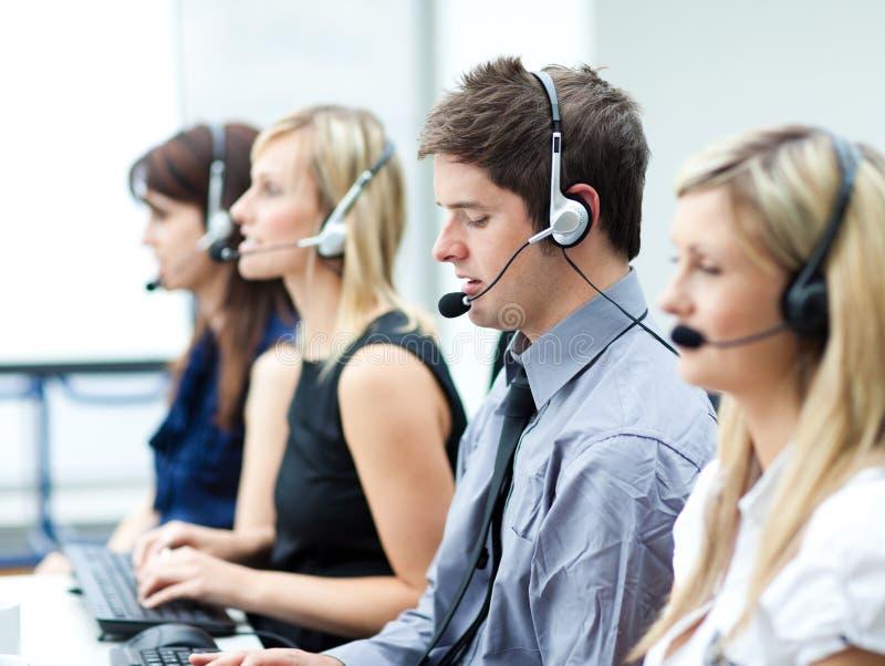 Giovane attraente che lavora in una call center fotografia stock