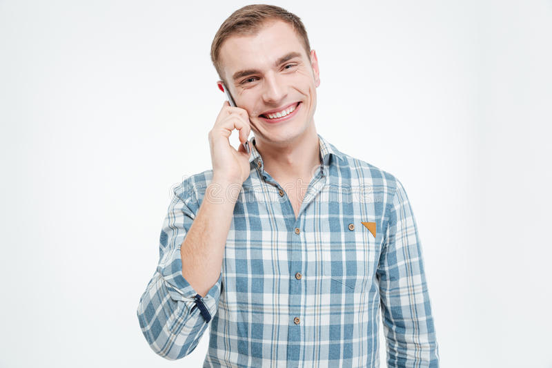 Giovane attraente felice che parla sul telefono cellulare immagini stock