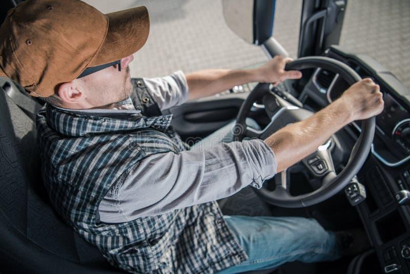 Giovane autista di camion dei semi fotografia stock libera da diritti