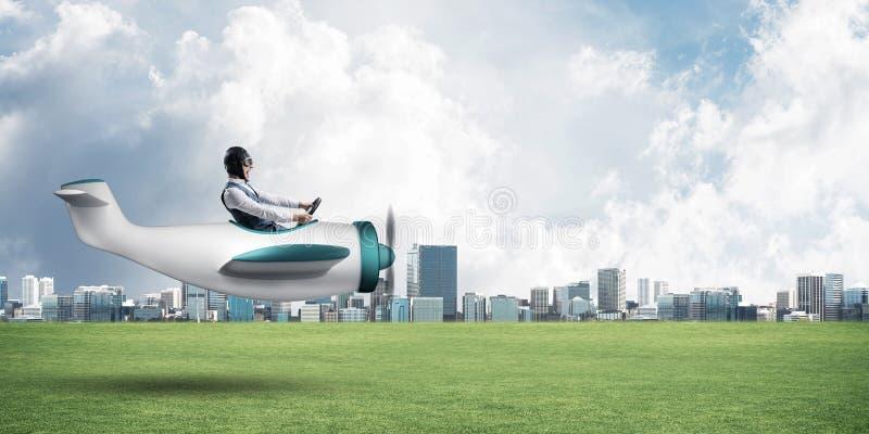 Giovane aviatore che conduce il piccolo aereo di elica immagini stock