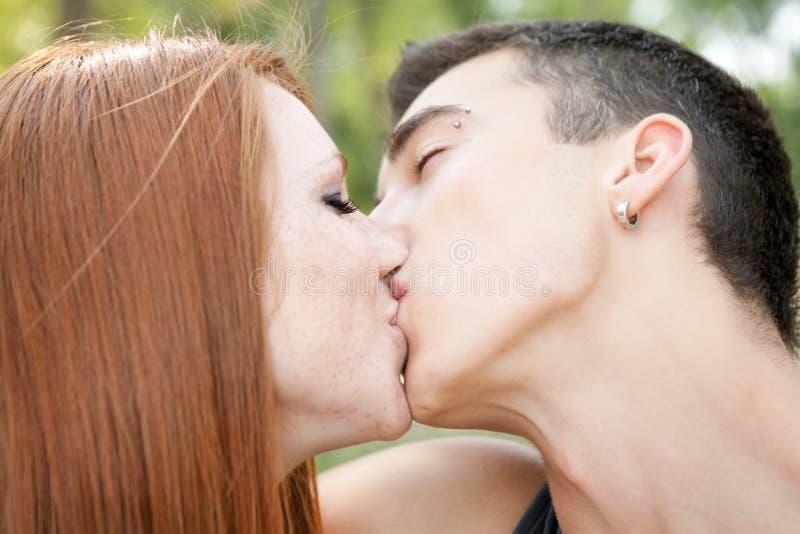 Giovane baciare delle coppie, immagine stock libera da diritti