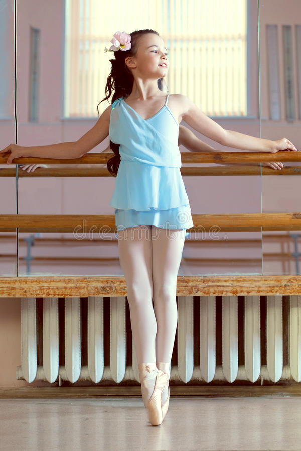 Giovane ballerina adorabile che posa nella classe di ballo immagine stock