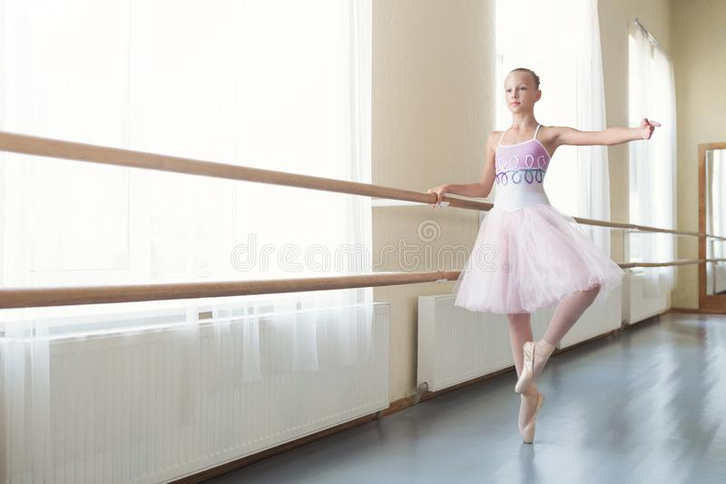 Giovane ballerina che si prepara per ballare alla prestazione immagine stock