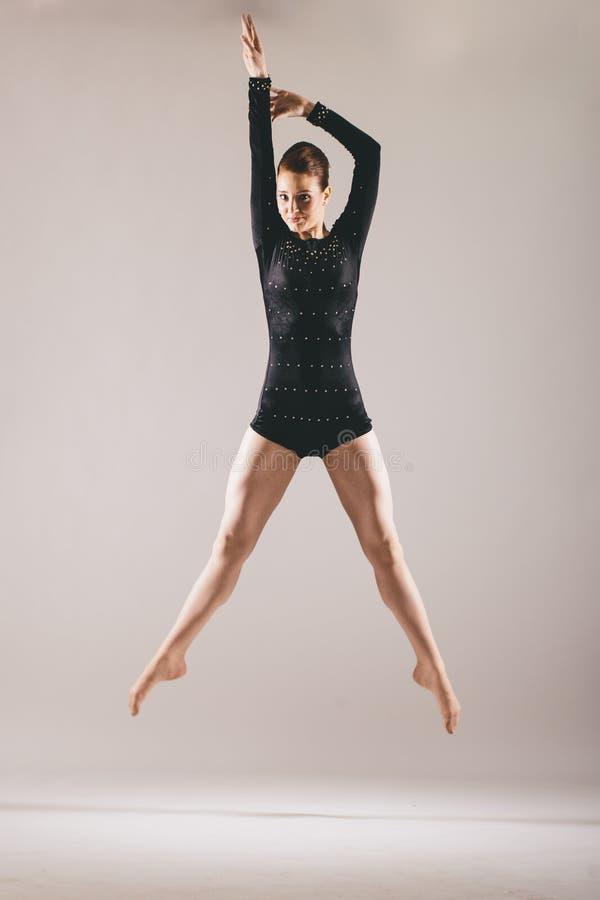 Giovane ballerina in costume nero fotografia stock