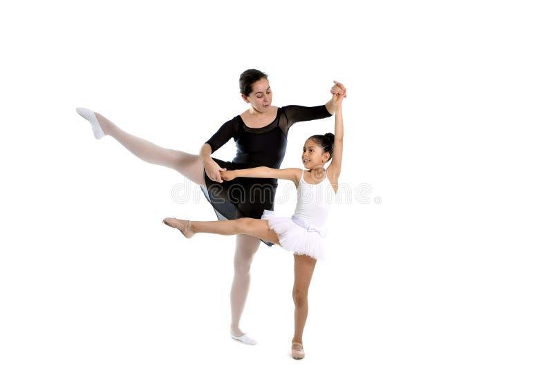Giovane ballerina della bambina che impara lezione di ballo con il te di balletto immagini stock