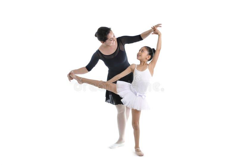 Giovane ballerina della bambina che impara lezione di ballo con l'insegnante di balletto fotografie stock libere da diritti