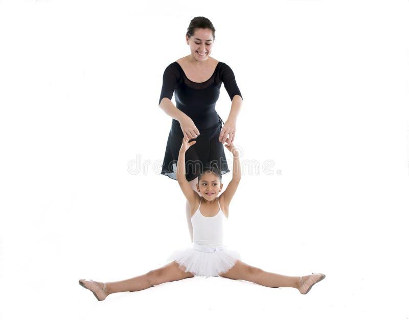 Giovane ballerina della bambina che impara lezione di ballo con l'insegnante di balletto immagini stock libere da diritti