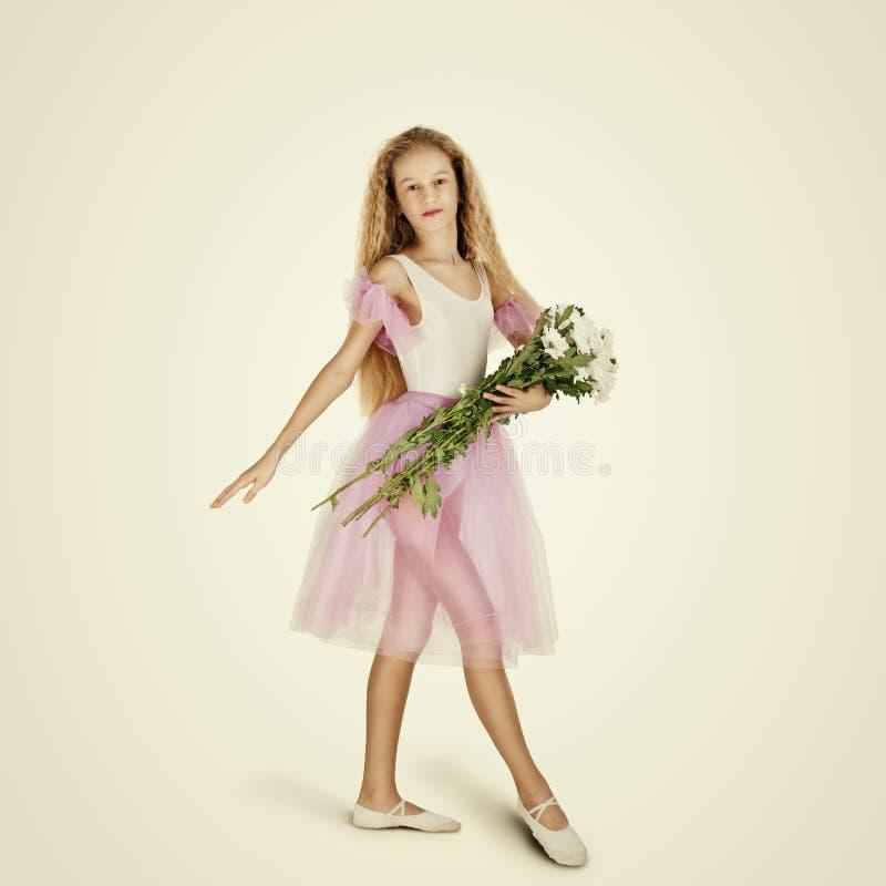 Giovane ballerino di balletto femminile ballerina immagine stock