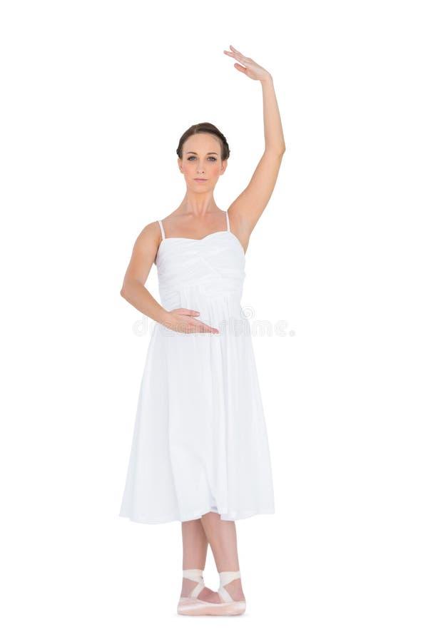 Giovane ballerino di balletto serio che sta in una posa immagine stock libera da diritti
