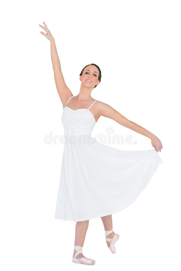 Giovane ballerino di balletto sorridente che posa con la sua parte posteriore della gamba fotografie stock libere da diritti