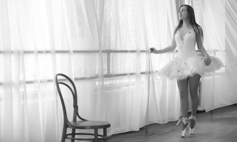 Giovane ballerino di balletto su un riscaldamento La ballerina sta preparando a immagine stock libera da diritti