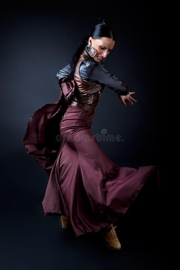 Giovane ballerino di flamenco in bello vestito su fondo nero immagine stock libera da diritti