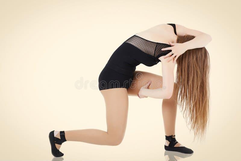 Giovane ballerino femminile con capelli lunghi che posano nello studio isolato immagine stock libera da diritti