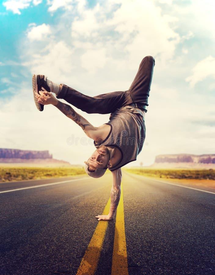 Giovane ballerino hip-hop maschio che posa su una strada immagini stock libere da diritti