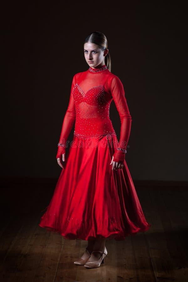 Giovane ballerino ispanico di flamenco in vestito rosso isolato su fondo nero immagini stock libere da diritti